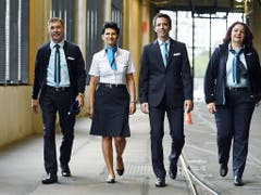 Am 12. August präsentierten die Verkehrsbetriebe Zürich die neuen Uniformen. Das scheinbar falsche Zürich-Wappen blieb vorerst unbemerkt. (Bild: KEYSTONE/WALTER BIERI)