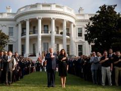US-Präsident Donald Trump, First Lady Melania Trump und zahlreiche Überlebende und Angehörige der Opfer gedenken vor dem Weissen Haus der Opfer der Terroranschläge vom 11. September 2001. (Bild: KEYSTONE/EPA/SHAWN THEW)