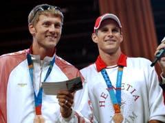 Patrick Heuscher (links) und Stefan Kobel (rechts) mit ihren Olympia-Bronzemedaillen von 2004 (Bild: KEYSTONE/STEFFEN SCHMIDT)