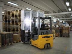 Ein Stapler mit Kühlschranken im neuen Logistikzentrum von Fust in Oberbueren. (Bild: KEYSTONE/GIAN EHRENZELLER)