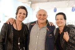 Jakob Bollhalder («Gemsler-Köbi») und die Chemifeger-Meitla Barbara und Madeleine haben den Plausch.