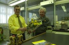 Posthalter Anton Durrer (links) verabschiedet seinen Mitarbeiter Otto Wallimann. (Bild: Josef Reinhard, 29. März 2003)