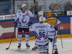 Die Spieler der ZSC Lions mit Roman Wick (hinten) feiern das 1:0 auswärts gegen Zug (Bild: KEYSTONE/URS FLUEELER)