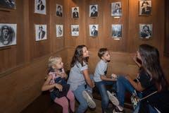Die Kinder bestaunen die Fotografien der ehemaligen Zunftmeister. (Bild: Eveline Beerkircher, Luzern, 14. September 2019)