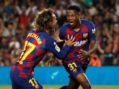 Der 16-jährige «Ansu» Fati (rechts) wird von keinem Geringeren als Antoine Griezmann für das frühe 1:0 beglückwünscht (Bild: KEYSTONE/AP/JOAN MONFORT)