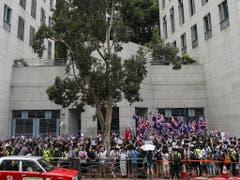 Vor dem britischen Konsulat in Hongkong riefen Regierungskritiker die frühere Kolonialmacht auf, dafür zu sorgen, dass China seine Verpflichtungen gemäss dem Rückgabeabkommen einhält, insbesondere das Prinzip «ein Land, zwei Systeme». (Bild: KEYSTONE/EPA/JEROME FAVRE)