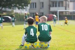 Die Ersatzspieler beobachten das Spiel. (Bild: Claudio de Capitani)