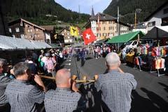 Alphornbläser und Fahnenschwinger sorgen für eine festliche Stimmung beim lokalen Markt. (Bild: Urs Hanhart, 14. September 2019)