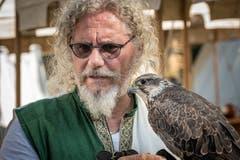 Ein Falkner mit seinem Vogel. Bild: Christian H. Hildebrand (Zug, 15. September 2019)