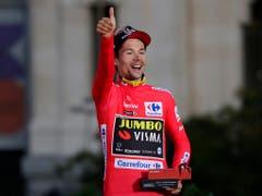 Primoz Roglic feiert auf dem Siegerpodium seinen Vuelta-Sieg (Bild: KEYSTONE/AP/MANU FERNANDEZ)