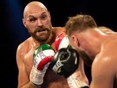 Der frühere Schwergewichts-Weltmeister Tyson Fury (links) fügte dem zuvor ungeschlagenen Schweden Otto Wallin bei einem Kampf in Las Vegas die erste Niederlage zu (Bild: KEYSTONE/EPA/ETIENNE LAURENT)