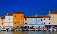 Diese bunten Häuser stehen auf der kroatischen Insel Losinj. Bild: André Egli (11. September 2019)