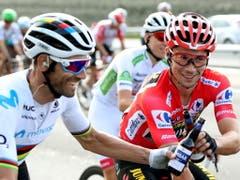 Der Gesamtsieger Primoz Roglic (rechts) und der Gesamtzweite Alejandro Valverde genehmigen sich in der letzten Etappe ein Bier (Bild: KEYSTONE/EPA EFE/JAVIER LIZON)