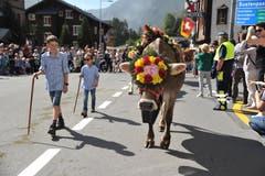 Die Kinder führen die festlich geschmückten Kühe vor. (Bild: Urs Hanhart, 14. September 2019)