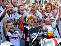 Der japanische Moto3-Fahrer Tatsuki Suzuki freut sich über seinen ersten GP-Sieg (Bild: KEYSTONE/EPA ANSA/ALESSIO MARINI)