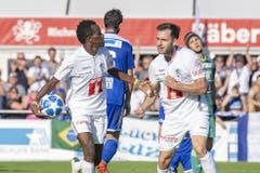 Und auch die Luzerner Spieler Ibrahima Ndiaye (links) und Otar Kakabadze freuen sich über das zweite Tor. Bild: Keystone/Urs Flüeler (Wohlen, 15. September 2019)