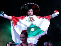 Tyson Fury lief in einem mexikanischen Festumhang zum Ring (Bild: KEYSTONE/FR159466 AP/ISAAC BREKKEN)