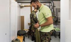Soldat Eric Bayer misst den Blutdruck von Heimbewohner Christof Schiess.Bilder: Lisa Jenny