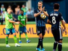 Zlatan Ibrahimovic beklatscht einen eigenen Torerfolg und einen weiteren Meilenstein seiner Karriere (Bild: KEYSTONE/AP The Seattle Times/REBEKAH WELCH)