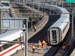 Der entgleiste ICE blockierte zeitweise zwei Geleise zwischen dem Badischen Bahnhof und dem Bahnhof SBB in Basel. (Bild: KEYSTONE/GEORGIOS KEFALAS)
