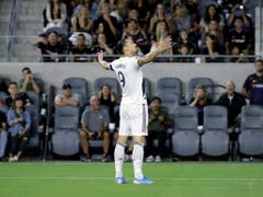 Der bei den Los Angeles Galaxy tätige Zlatan Ibrahimovic lässt sich feiern (Bild: KEYSTONE/AP/MARCIO JOSE SANCHEZ)