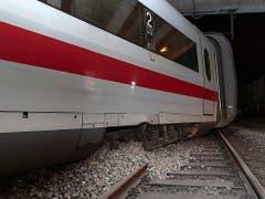 Der querstehende erste Wagen des entgleisten Intercity-Zuges (ICE) kam bloss 20 Meter vor einer Beton-Trennwand zum Stillstand. (Bild: KEYSTONE/GEORGIOS KEFALAS)