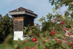 Der Tröckneturm von aussen: Gut zu erkennen ist die Auskragung unter dem Dach. Hier hingen die Stoffbahnen herunter - siehe oberes Bild.