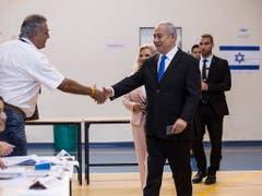 Premierminister Benjamin Netanyahu (rechts vorne) bei der Stimmabgabe. (Bild: KEYSTONE/EPA SIPA PRESS POOL/HEIDI LEVINE / POOL)