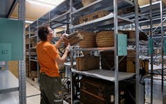 Einer nach dem anderen werden die 10000 Gegenstände in die Regale geräumt, hier etwa eine Ansammlung alter Körbe.