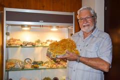 Funkeln um die Wette: Hans Altorfer präsentiert seine Mineraliensammlung. In der Hand: ein gelber Gips aus Peru. Bilder: Nicola Ryser