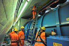 Mitarbeiter des AfBN koordinieren den Verlad von oben. (Bild: Urs Hanhart, Airolo, 16. September 2019)