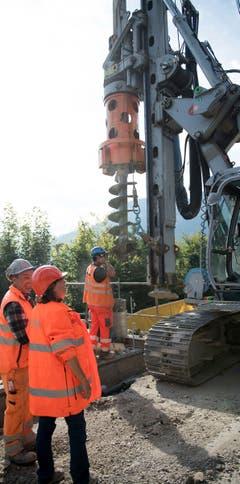 Für fast 800 Betonpfähle müssen die Löcher gebohrt werden. (Bild: Corinne Glanzmann, Hergiswil, 17. September 2019)