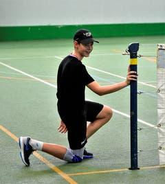 Am Netz wartet ein junger Mann auf den nächsten zu holenden Ball. (Bild: Alessandro Crippa)