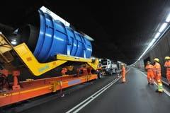Die blaue Ventilatorröhre wiegt knapp 30 Tonnen. (Bild: Urs Hanhart, Airolo, 16. September 2019)
