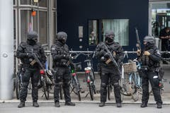 Schwer bewaffnete Polizisten sichern die Zufahrt der beiden Politiker. (Bild: Boris Bürgisser, 2. September 2019)
