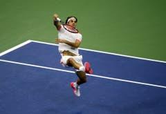 2015: Halbfinal US Open: Federer s. Wawrinka 6:4, 6:3, 6:1Die Haltung Federers bei diesem Smash sieht zwar unkonventionell aus, dennoch hat der Baselbieter in New York alles im Griff - vor allem seinen Schweizer Gegner, Stan Wawrinka. Dank einem problemlosen Drei-Satz-Erfolg zieht er in der amerikanischen Metropole in den Final ein, wo er aber wieder einmal seinen Meister in Novak Djokovic findet.