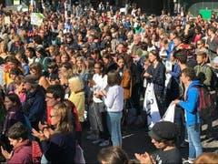 Mehrere hundert Menschen haben sich am Freitag in Basel auf dem Barfüsserplatz für eine Klima-Demo versammelt. (Bild: Martin Heutschi, Keystone-SDA)