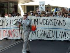 Klima-Alarm in St. Gallen - demonstrierende Schülerinnen und Schüler in weissen Schutzanzügen ziehen durch die Innenstadt. (Bild: Michael Nyffenegger/Keystone-SDA)