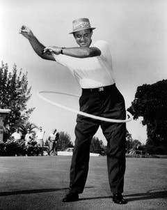 Nicht nur etwas für Frauen: Golfer Sam Snead hoopt im Jahr 1958. (Bild: Keystone)