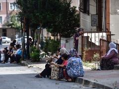Das Erdbeben war am Nachmittag vielerorts in Istanbul kurz, aber deutlich zu spüren. Zahlreiche Einwohner rannten in Panik auf die Strasse, wo sie aus Angst vor weiteren Beben zunächst ausharrten. (Bild: KEYSTONE/AP)