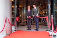 Herzlich willkommen im neuen Hotel Walhalla! Thomas Scheitlin und Reto Candrian durchschneiden das Band. (Bild: Urs Bucher)