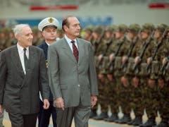 Jacques Chirac bei seinem Staatsbesuch in der Schweiz im Oktober 1998 an der Seite des damaligen Bundesrates Flavio Cotti. (Bild: KEYSTONE/ALESSANDO DELLA VALLE)