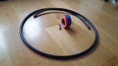 Das brauchen Sie: Ein Rohr zum Beispiel aus Polyethylen. Gut eignen sich diejenigen mit einem Durchmesser von 2,5 Zentimetern. Zudem: Ein Verbindungsstück und farbiges Klebeband. (Bild: sam)