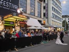 Schaulustige warten vor dem Kino Corso auf die Ankunft der Premieren-Gäste. (Bild: KEYSTONE/ENNIO LEANZA)