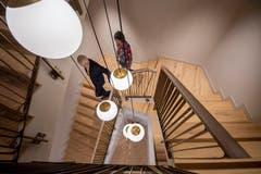 Das verwinkelte Treppenhaus ist in hellen Farben gehalten. (Bild: Urs Bucher)
