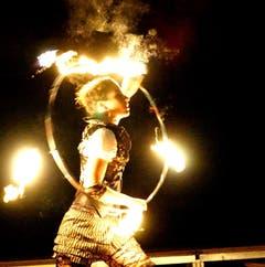 Auch mit Feuer-Hoops tritt Hardmeier auf. (Bild: See Ying Yip)