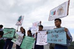 Studenten halten Schilder während des Streiks in der Nähe von Dharamsala, Indien. EPA/SANJAY BAID