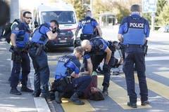 Einige der Protestierenden werden von der Lausanner Polizei abgeführt. (KEYSTONE/Cyril Zingaro)