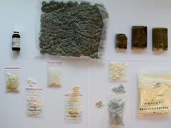 Eine Auswahl der von den Luzerner Strafverfolgungsbehörden beschlagnahmten illegalen Substanzen. (Bild: Staatsanwaltschaft Kanton Luzern)