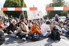 Mehrere Tausend Menschen haben am Freitag in Lausanne für mehr Klimaschutz demonstriert. (KEYSTONE/Cyril Zingaro, Lausanne)